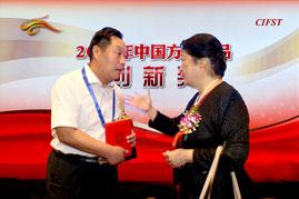 中国食品科技学会孟素荷理事长赞赏王朝民为中国方便食品开辟了一条崭新的发展道路